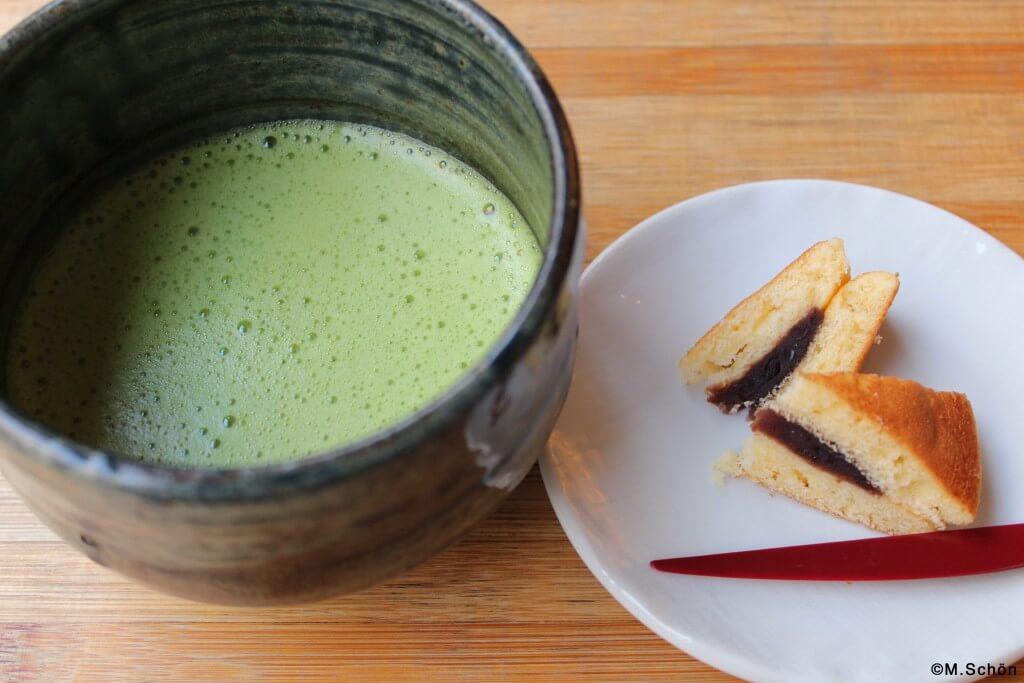Matcha und Süßigkeiten im Mamecha Grüntee Café Berlin