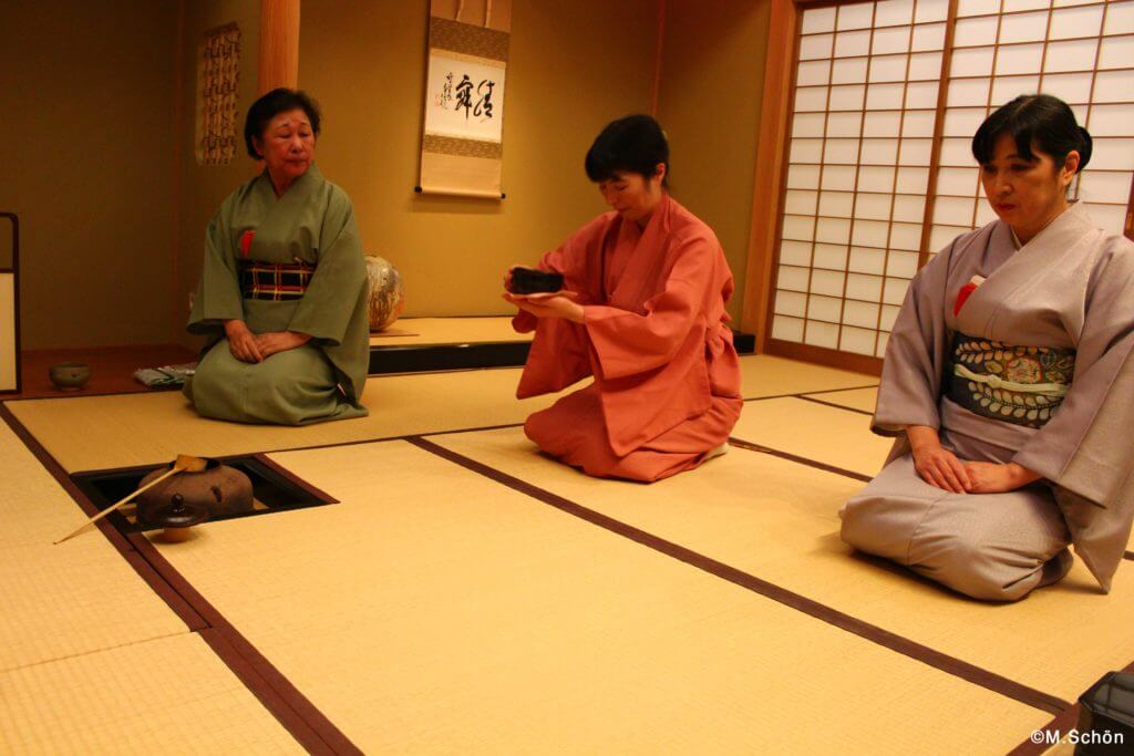 Matcha-Trinken in der japanischen Teezeremonie
